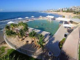 Kings Beach - Beachfront Salt Water Pool - Australia Accommodation